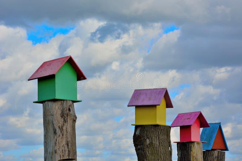 Gaiolas de pássaro de madeira bonitas em um polo de madeira fotos de stock