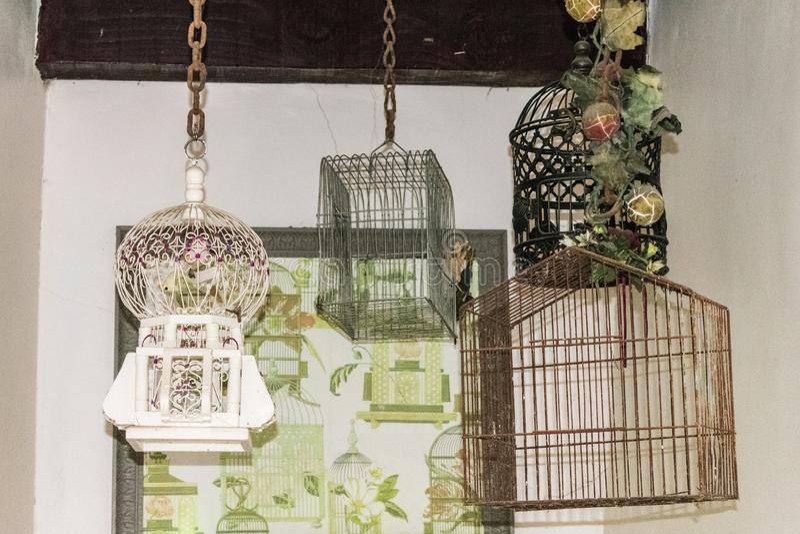 Gaiolas de pássaro que penduram do teto imagem de stock