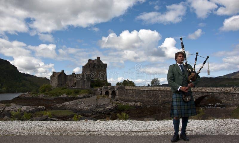 Gaitas en el castillo de Eilean Donan imagen de archivo