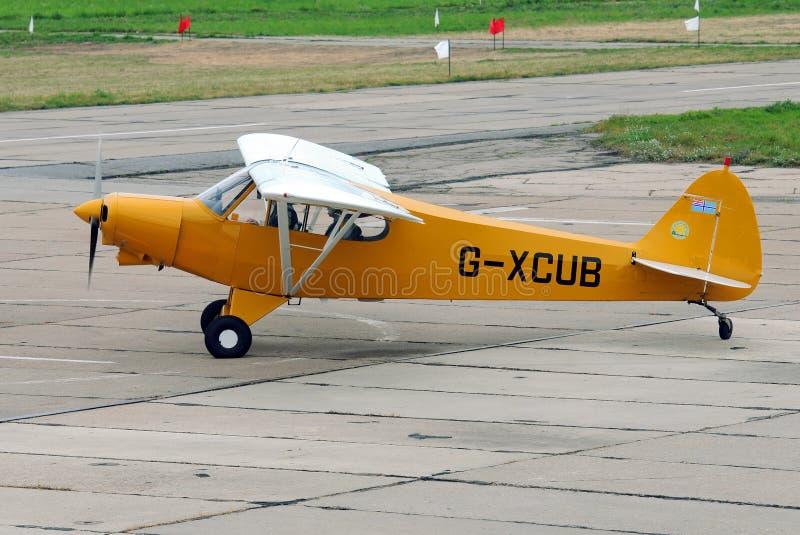 Gaitero PA-18-150 Cub estupendo de los aviones ligeros imagen de archivo