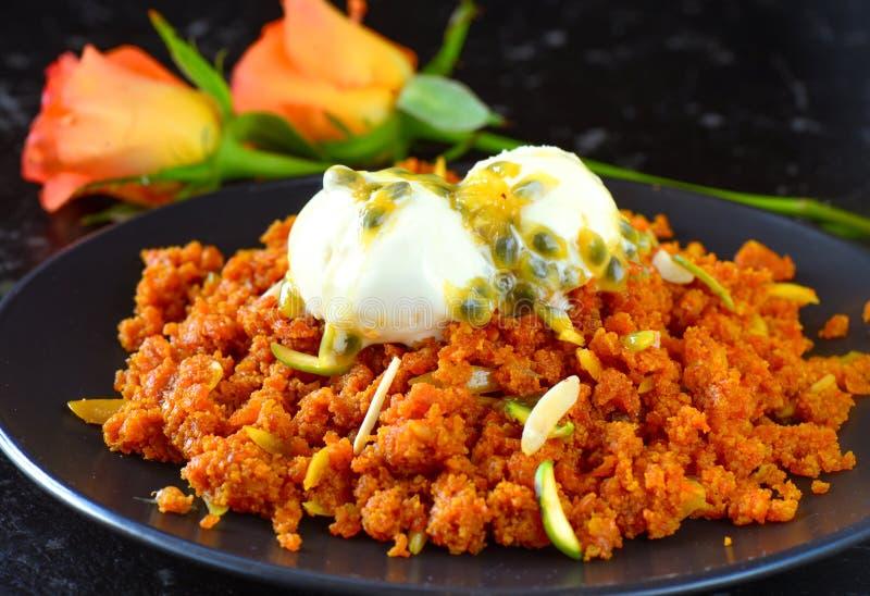 Gajar-Halwa-Karottenpudding gedient mit Eiscreme stockfotografie