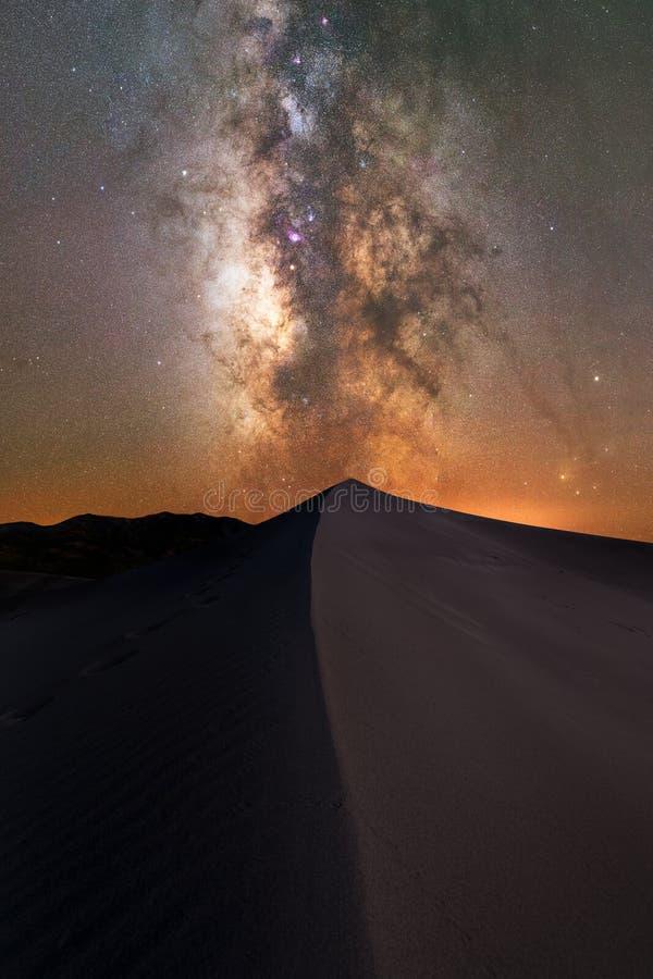 Galáxia da Via Látea acima de uma duna de areia foto de stock