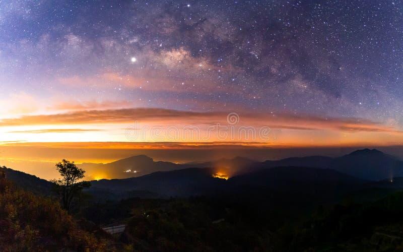 Galáxia da Via Látea do panorama com a cidade clara no inthanon Chiang Mai de Doi, Tailândia fotografia de stock royalty free