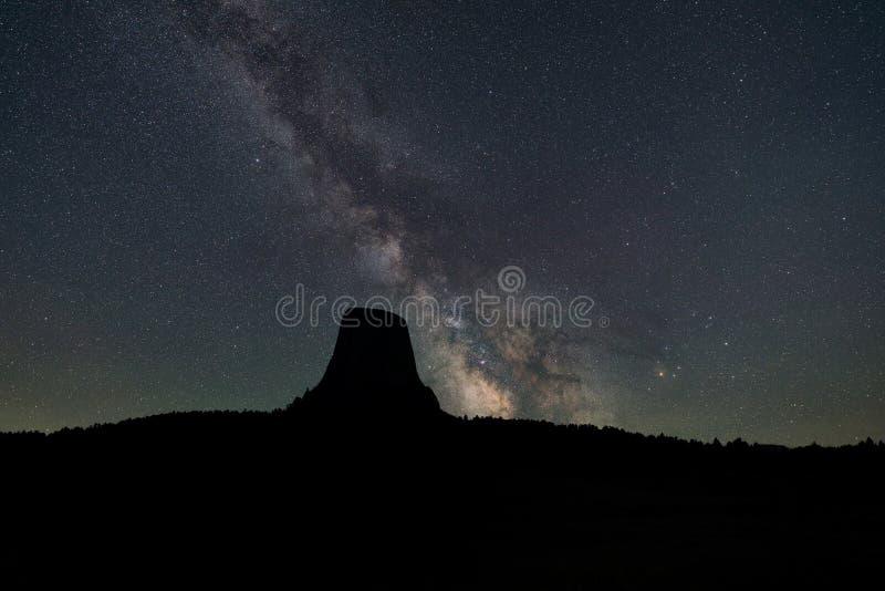 Galáxia da Via Látea que aumenta atrás da torre dos diabos imagem de stock
