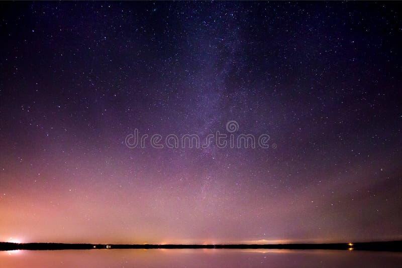 Galáxia da Via Látea refletida no lago de vidro imagens de stock royalty free