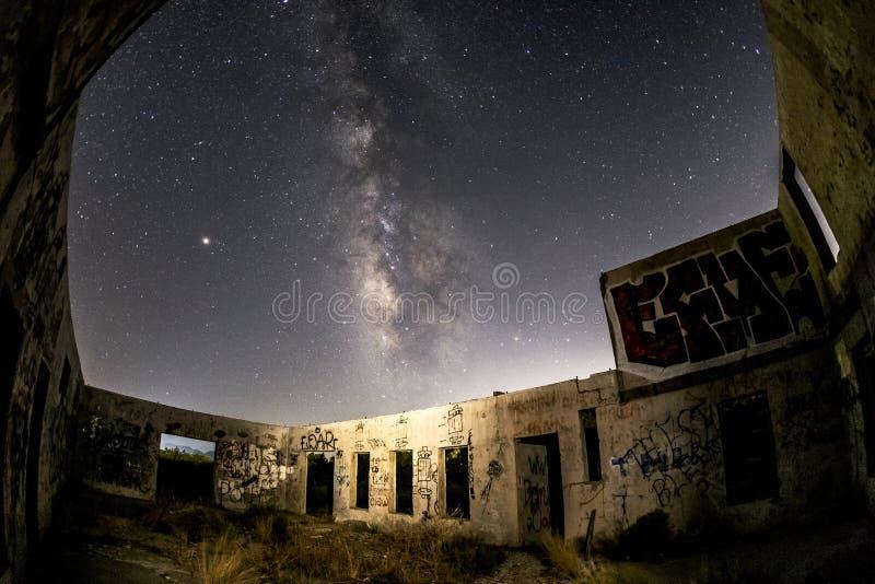 A galáxia da Via Látea sobre as corridas do Buckman salta planta de engarrafamento da água lithia fotos de stock royalty free