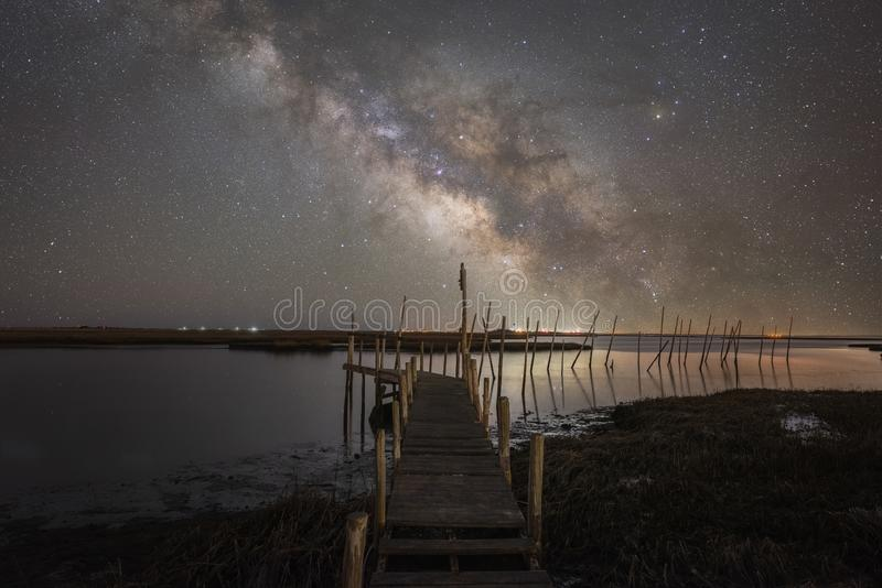 Galáxia da Via Látea sobre a grande baía em New-jersey fotos de stock