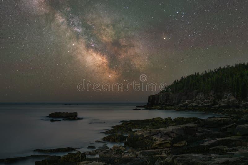 Galáxia da Via Látea sobre o litoral do parque nacional do Acadia foto de stock royalty free
