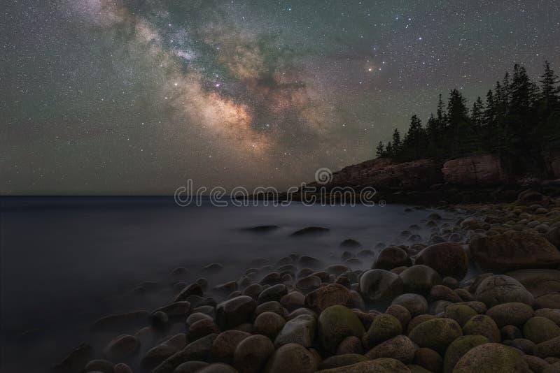 Galáxia da Via Látea sobre a praia de Boulder em Maine fotos de stock royalty free