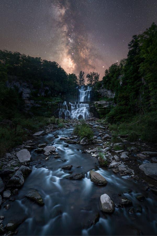 Galáxia da Via Látea sobre quedas de Chittenango fotografia de stock royalty free