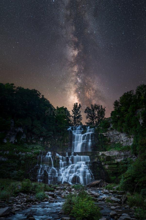 Galáxia da Via Látea sobre quedas de Chittenango imagens de stock
