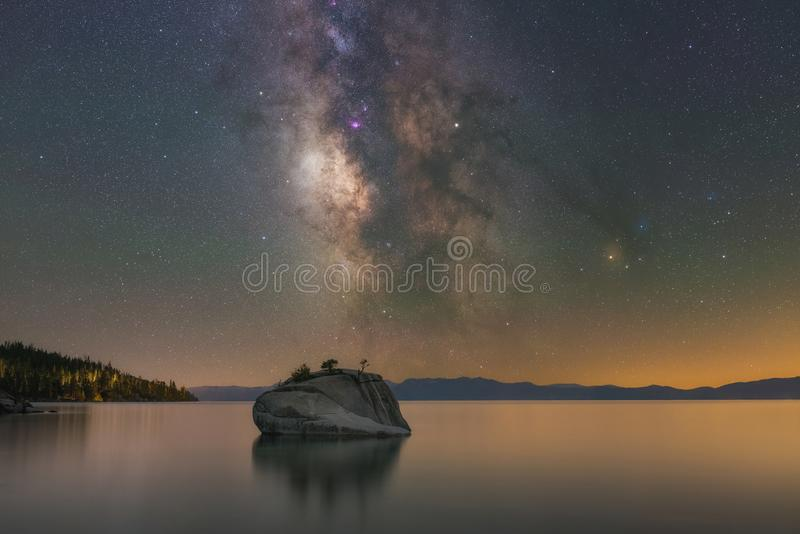 Galáxia da Via Látea sobre a rocha dos bonsais, Lake Tahoe fotos de stock royalty free