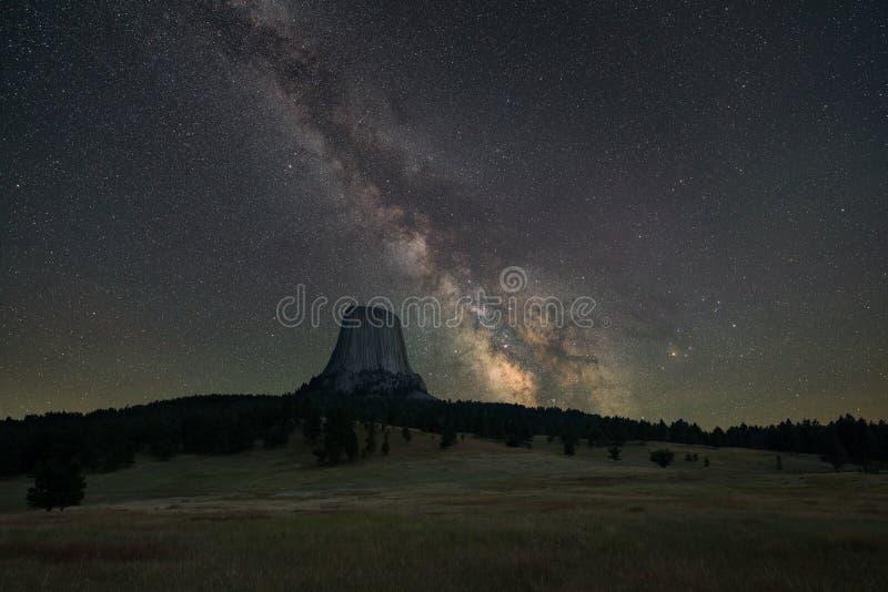 Galáxia da Via Látea sobre a torre dos diabos foto de stock royalty free