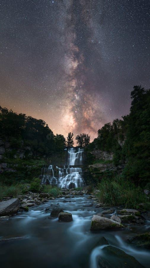 Galáxia da Via Látea sobre uma cachoeira fotografia de stock royalty free