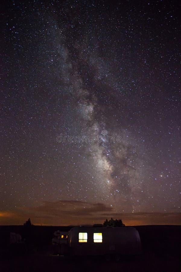 Galáxia de Milkyway acima de uma corrente de ar que acampa no monumento nacional de Hovenweep fotografia de stock royalty free