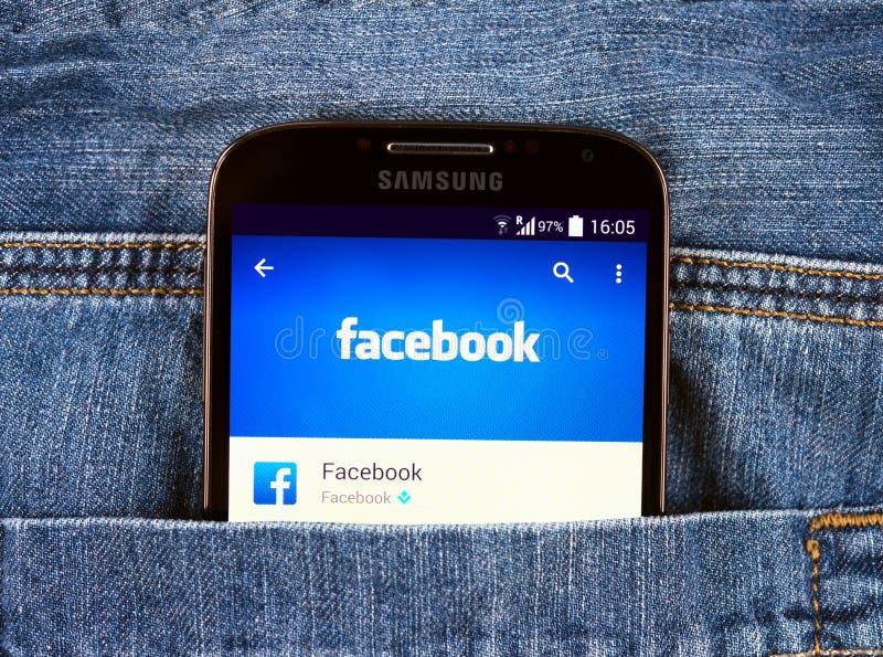 Galáxia S4 de Samsung que indica a aplicação de Facebook fotografia de stock
