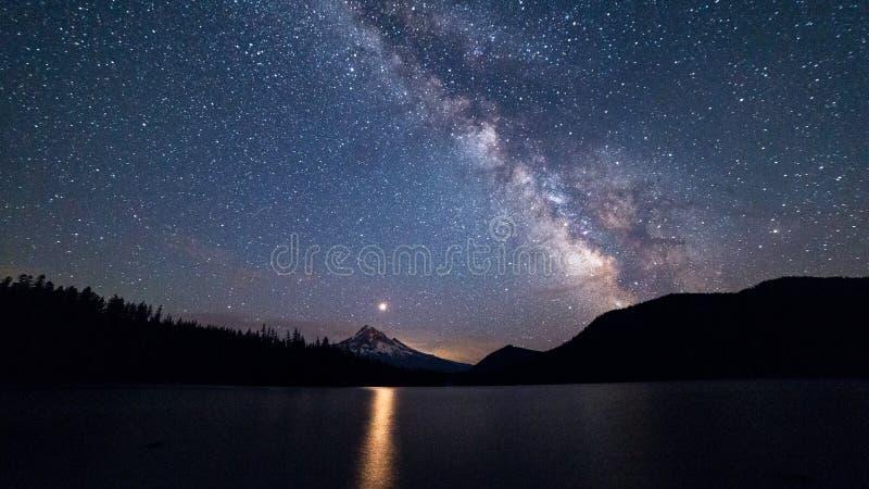 A galáxia Via Látea acima do Mt Hood fotos de stock