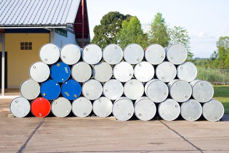 Galões vazios do óleo em um posto de gasolina fotografia de stock royalty free
