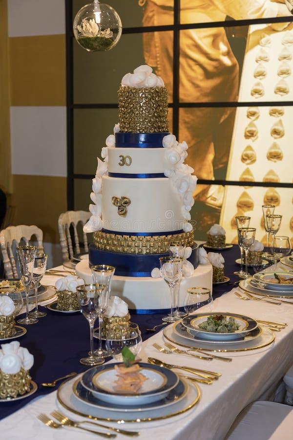 Gala Banquet: Luxedecoratie voor Lijst met Weelderig Belangrijkst voorwerp stock foto