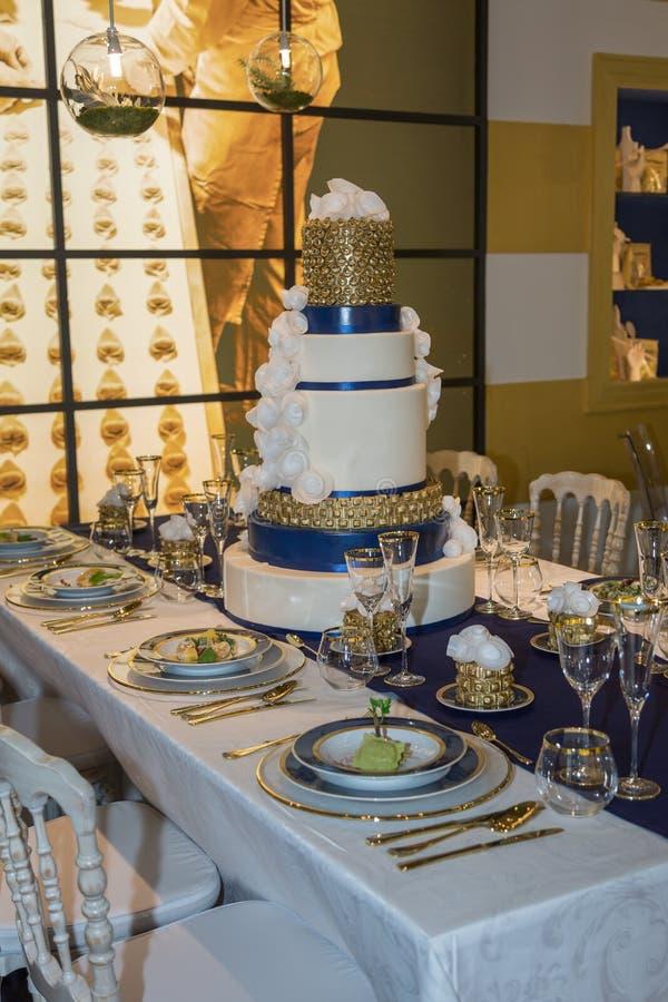 Gala Banquet: Luxusdekorationen für Tabelle mit kostspielig Mittelstück stockfotos