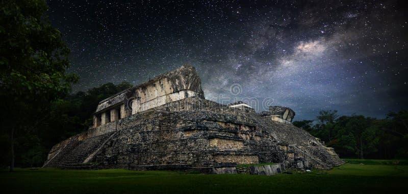 Galactische nacht sterrige hemel over de oude Mayan stad van Palenqu stock afbeelding