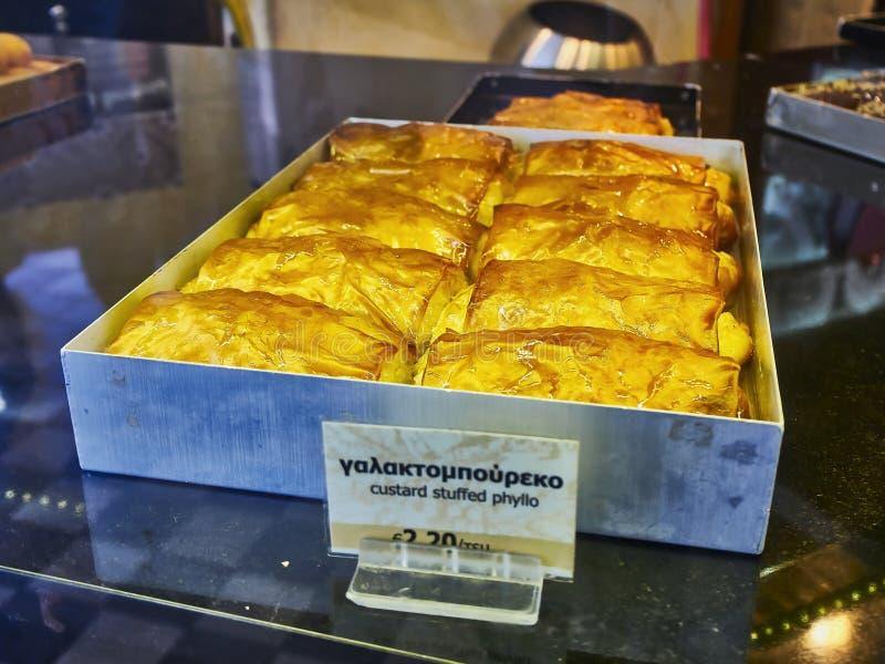 Galaktoboureko typisk grekisk sötsak Välfylld phyllo för vaniljsås royaltyfri foto