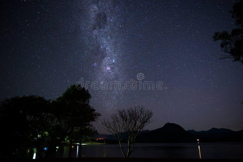 Galaktyka nad górami zdjęcia stock