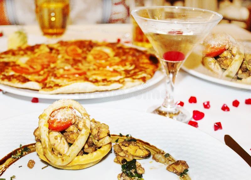 Galamiddag på restaurangen, fiskblandning av olik skaldjur, pi fotografering för bildbyråer