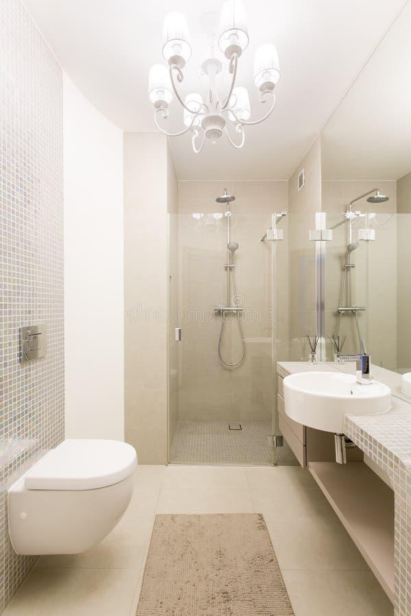 Galanteryjna łazienka w beżowym i białym fotografia royalty free