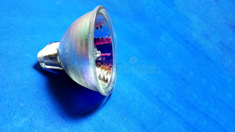 Galanteryjna żarówka na błękitnym tle fotografia stock