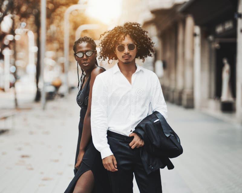 Galanteryjna międzyrasowa para na ulicie Barcelona fotografia royalty free
