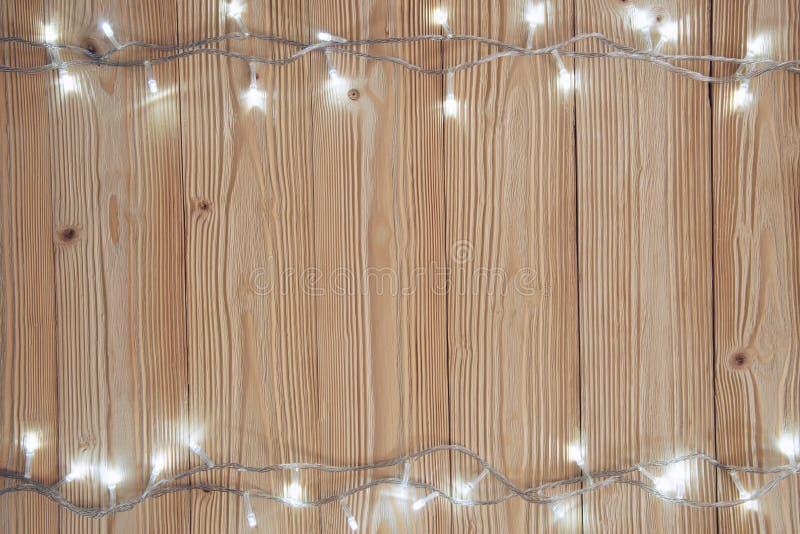 Galanteryjne blinker żarówki, girlandy lub wianek na drewnie zgłaszają f obraz stock