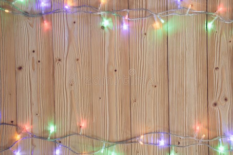 Galanteryjne blinker żarówki, girlandy lub wianek na drewnie zgłaszają f zdjęcia stock