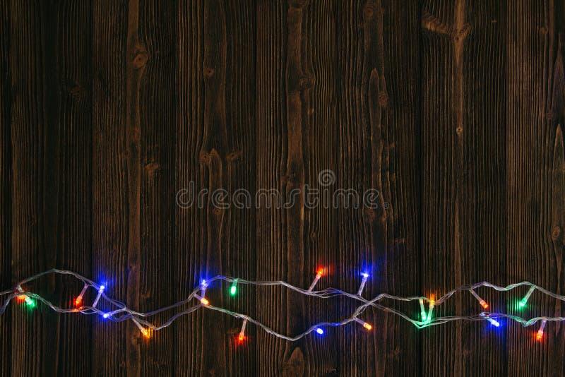 Galanteryjne blinker żarówki, girlandy lub wianek na drewnie zgłaszają f zdjęcie stock