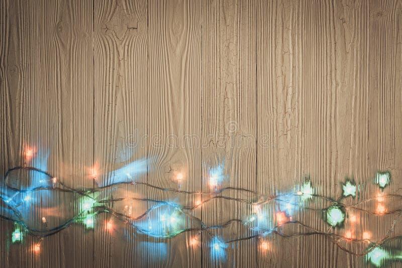 Galanteryjne blinker żarówki, girlandy lub wianek na drewnie zgłaszają f fotografia royalty free
