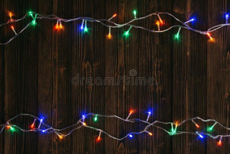 Galanteryjne blinker żarówki, girlandy lub wianek na drewnie zgłaszają f zdjęcia royalty free