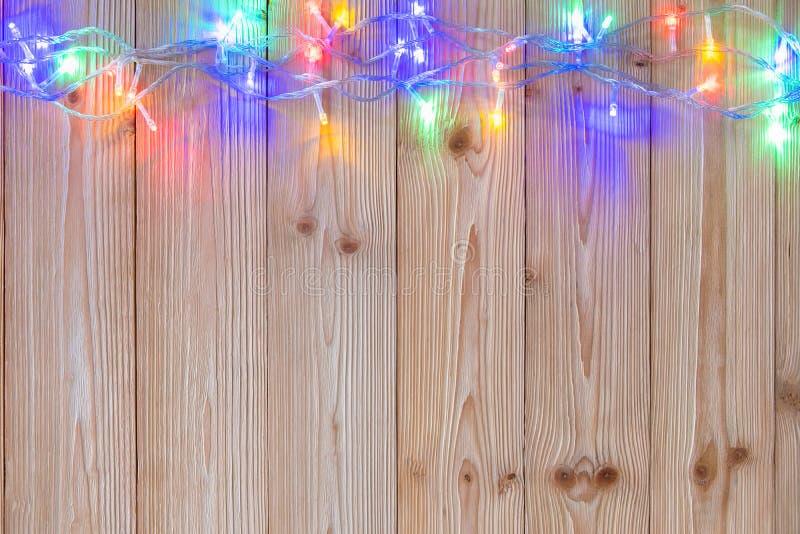 Galanteryjne blinker żarówki, girlandy lub wianek na drewnie zgłaszają f zdjęcie royalty free