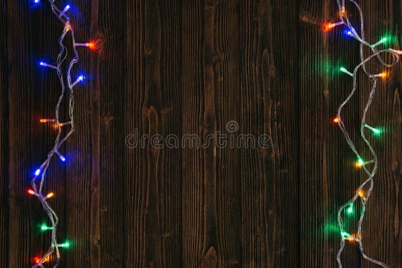 Galanteryjne blinker żarówki, girlandy lub wianek na drewnie zgłaszają f obrazy stock