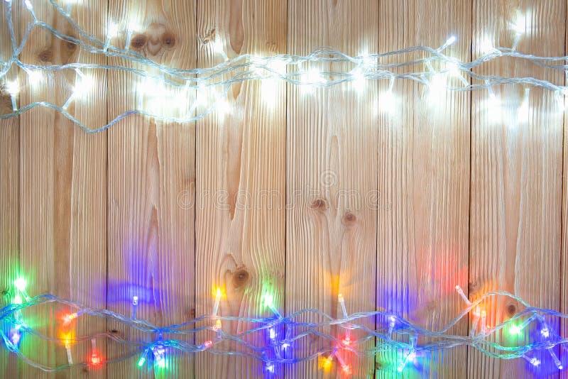 Galanteryjne blinker żarówki, girlandy lub wianek na drewnie zgłaszają f obraz royalty free