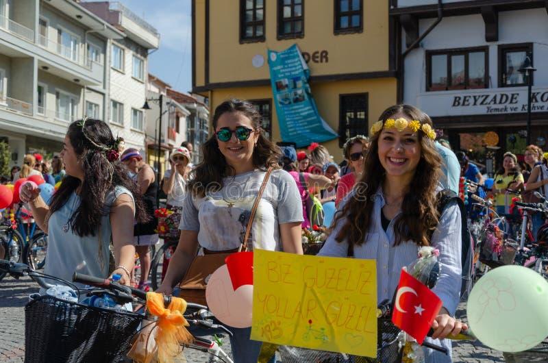 Galanteryjne kobiety Jeździć na rowerze festiwal w Eskisehir obrazy royalty free