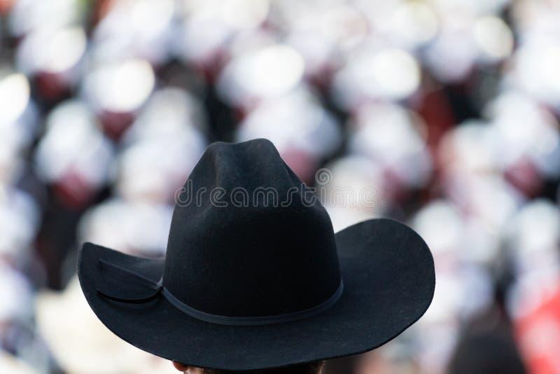 Galanteryjny Czarny kowbojski kapelusz w ostrości przy rodeo obraz royalty free