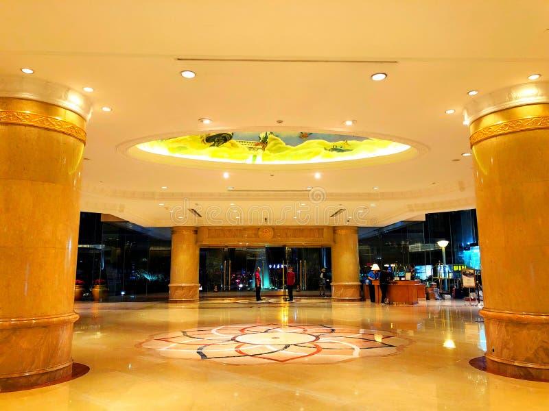 Galanteryjny hotelu lobby z światłami dalej fotografia stock