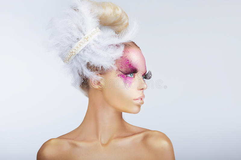 Galanteryjny moda model z Galanteryjną fryzurą z piórkami obrazy royalty free
