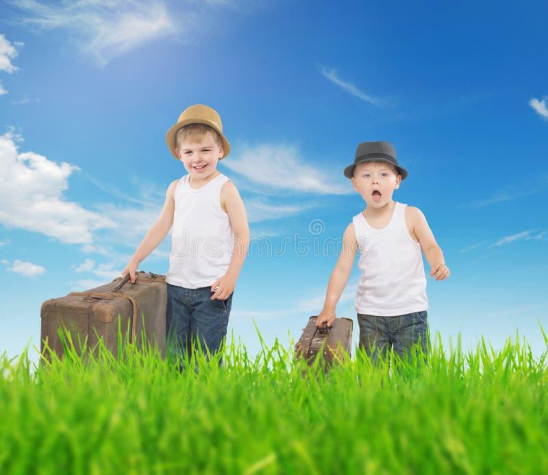 Galanteryjny obrazek dwa chłopiec biega z luggages zdjęcia royalty free