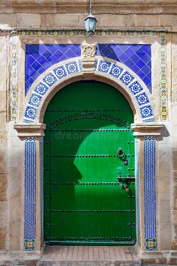 Galanteryjny Zielony drzwi w Essaouira Maroko obraz royalty free