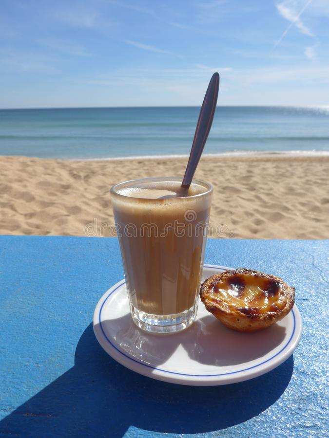 Galao e Cor pastel de Nata, uma especialidade portuguesa foto de stock