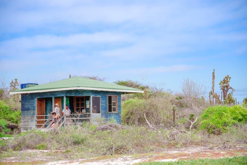 GALAPAGOS ECUADOR NOVEMBER, 11 2018: Utomhus- sikt av träkojan för utredning som lokaliseras i Galapagos öar arkivfoto