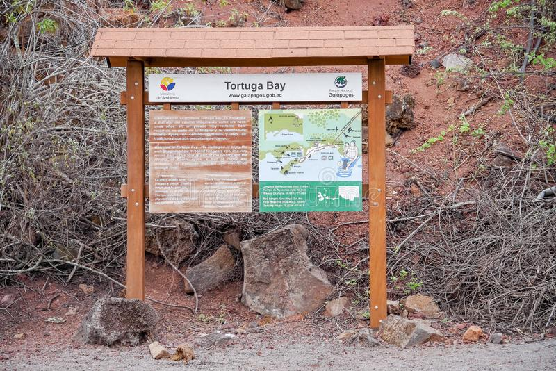 GALAPAGOS, EQUATEUR NOVEMBRE, 11 2018 : Vue extérieure de signe instructif de chemin de baie de tortuga dans les îles de Galapago photo libre de droits