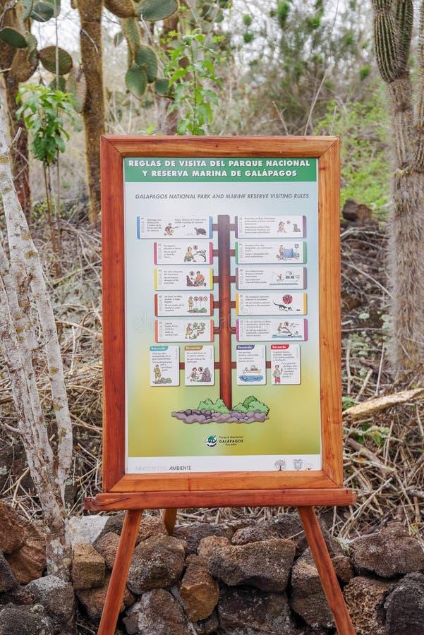 GALAPAGOS, EQUATEUR NOVEMBRE, 11 2018 : Vue extérieure de signe instructif de parc national de Galapagos et de réservation marine photographie stock