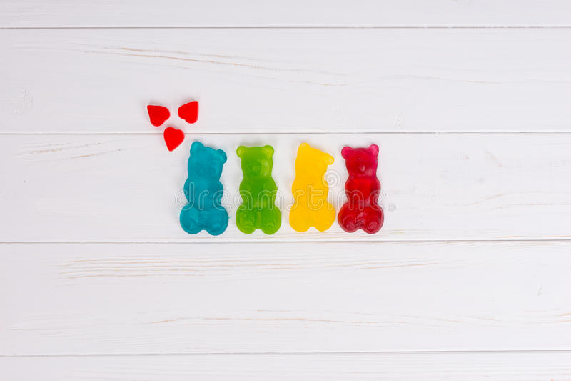 Galaretowi cukierki w postaci stubarwni gumowaci niedźwiedzie z hea obrazy stock